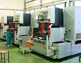 9 Máquinas de hilo SODICK, sumergidas de alta precisión con tolerancias de 0.001 mm.